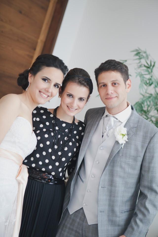 Amanda, Lorenza e Hugo. Os noivos queriam um toque rock'n'roll retrô para a cerimônia.