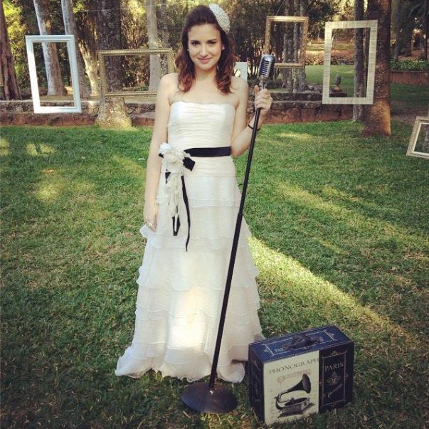 @lorenzapozza. Vestido: Maria Cereja (@mariacerejaoficial) <3 Casquete de pérolas: Tulle Noivas (@tullenoivas)